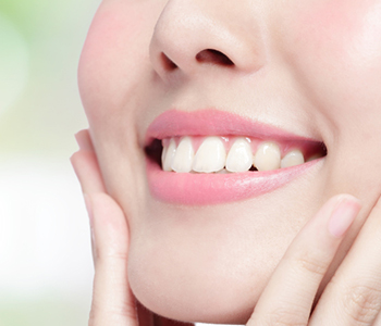 Dr Munira Lokhandwala, Starbrite Dental, Providing Teeth whitening Procedure